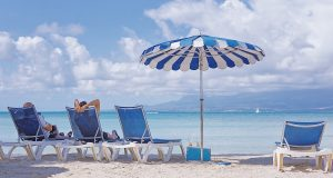 Abstand wegen Corona auch am Strand