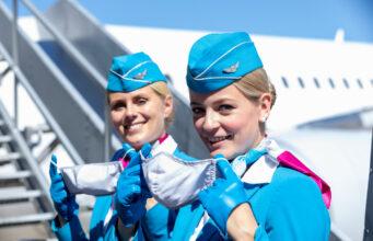 Flugbegleiterin mit Maske